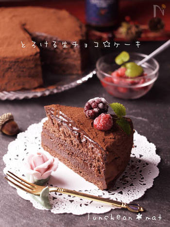 さてこちらは、まるで生チョコを食べているかのようななめらかな口どけのチョコレートケーキ。ブラックチョコレートやラム酒を使って大人の味に仕上げています!