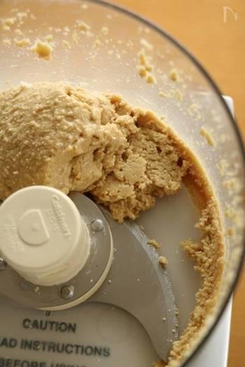 ナッツ類にはたくさんの脂分が含まれているので、プロセッサーなどで砕くだけでペースト状に。甘みをつけたい方はこのあとに加えましょう。はちみつやシロップで甘みをつける場合は、ヘラなどで混ぜ合わせて。