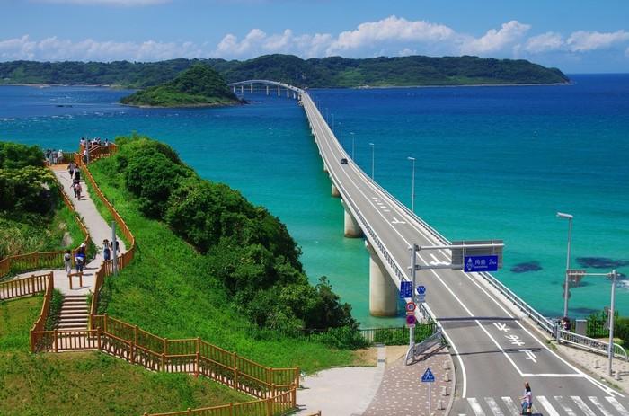 角島大橋の隣にある海士ヶ瀬公園展望台は大人気のフォトスポット。澄み渡るコバルトブルーの海に思わず酔いしれます。