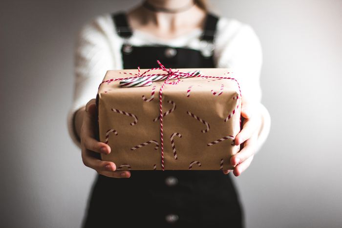 ホールケーキのラッピングには、「箱に入れる場合」と「箱なしで袋に入れる場合」の2つの方法があります。生クリームなどのデコレーションが綺麗なケーキは崩れないよう「箱ラッピング」で、ガトーショコラやパウンドケーキは「透明な袋」に入れて中身が見えるのように包むとよりお洒落に見えますね。