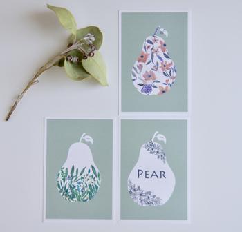 真っ白い壁に、微妙に違うデザインのポストカードを並べて… くっつけて飾る事で面積が広くなり、ポスターを飾っている感覚で楽しめます。