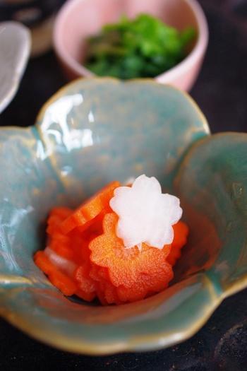 こちらは彩の美しい「人参とカブの甘酢漬け」です。副菜の酢の物も抜き型を活用することで、一段と華やかさが増します。花びらの形に抜いた可愛らしい人参とカブが、お弁当に上品なアクセントをプラスしてくれますよ◎