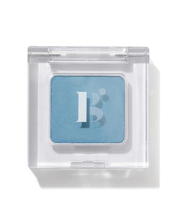 まずゲットしたいのが、ふんわりと色づくブルーのアイシャドウ。色が濃く出るものは調節が難しいので、できるだけ軽く薄い発色のものを選んで。