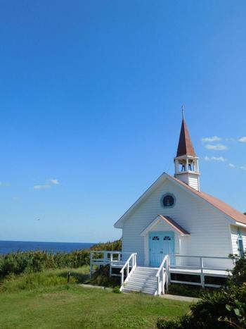ぽつんと佇むこの教会、実は角島を舞台にした映画「四日間の奇蹟」のロケセットなんです。公衆トイレを覆ったもので、トイレは誰でも利用可能。レトロな教会は映画ファンならずとも必見です。
