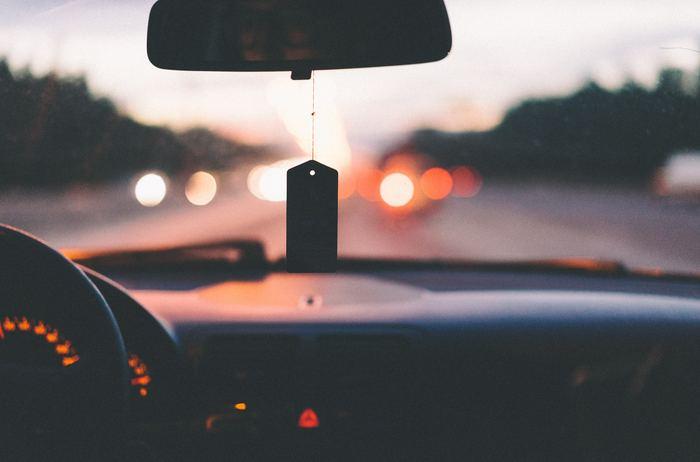 ドライブも手軽ですが、たまにはいつもとは違った場所を目指してみませんか?買い物だったり、実家に行くいつものコースとは違う道をドライブしてみましょう。海辺を走ったり、夜走ったりと景色が変わるだけで、車の中も違う雰囲気になります。2人の好きな曲をかけて、まったりとしたドライブ時間を過ごしてみるのも楽しいですね。