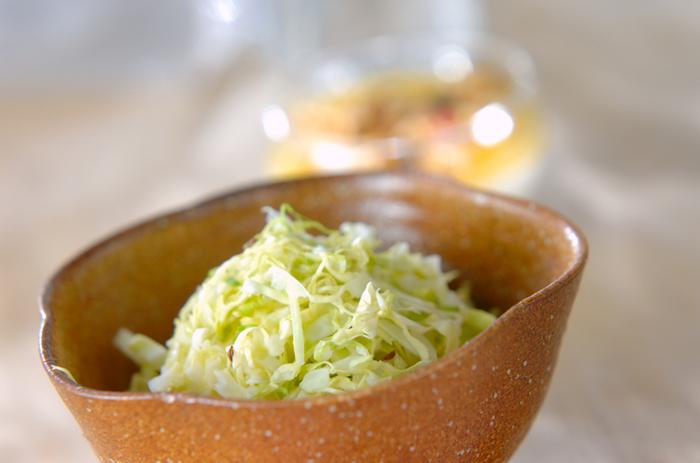 乳酸発酵させる時間がない、すぐに食べたいという場合は、電子レンジを使って簡単にザワークラウトの味を楽しむことができます。その際は、酢を使って酸味をつけます。