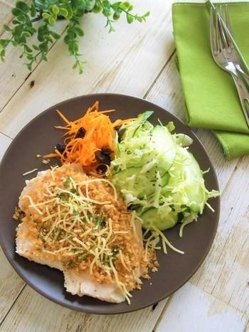 フライパンで炒ったパン粉をのせた、チキンカツ風の一皿。サラダチキンさえ作っておけば5分で作れてしまう優秀レシピです。揚げないのでカロリー控えめなのも嬉しいですね。
