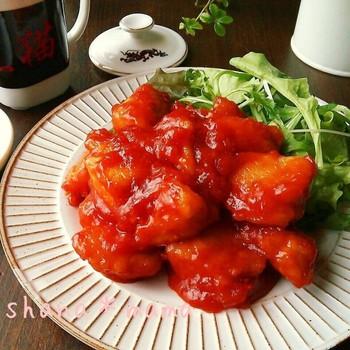 手頃なむね肉で、あの味を再現!エビチリならぬ鶏チリのレシピです。これなら気軽に作れて、ご飯のおかずにもぴったり!甘辛な味で食欲をそそります♪