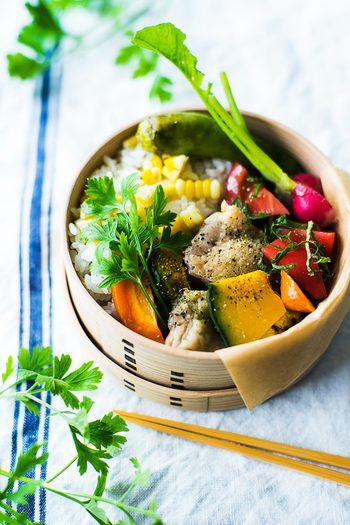 副菜の野菜や、ご飯の上にのせる飾りにほんのひと手間加えるだけで、いつものお弁当がぐっとおしゃれな印象になります。 今回ご紹介した可愛い「飾り切り」や食材のアレンジ、季節感あふれる美しい「盛り付け」など。 様々なアイディアをヒントに、「蓋を開けた瞬間、思わず笑顔になる」、そんな素敵なお弁当作りに挑戦してみませんか?
