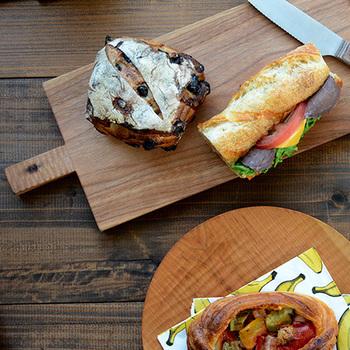 「くるみ」でできたカッティングボードは、使う度に食べ物の油分が染み込み、だんだん飴色に変化していきます。こうした経年変化を楽しみながら長く愛用できるのも、天然木ならではの魅力のひとつ。使えば使うほど愛着が増し、毎日の食卓に欠かせない存在となりそうです。