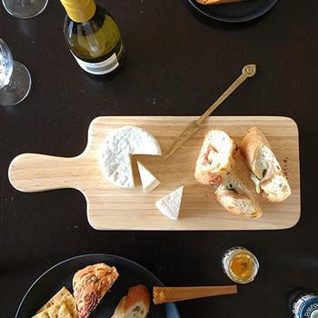 """美しい木目と優しい風合いが魅力の「ラバーウッド(ゴムの木)」を使用した、韓国のキッチンブランドACACIA(アカシア)のおしゃれなカッティングボードです。ラバーウッドは""""環境にやさしいエコな木材""""として注目され、キッチン用品や家具など様々な製品に用いられています。チーズをカットしてそのままサーブしたり、朝食のパンを並べたり。どんな食材を盛り付けても絵になる、シンプルで洗練されたデザインも魅力です。"""