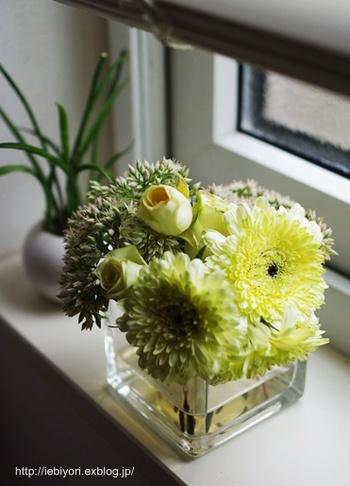 窓辺の小さなスペースには、花瓶も小さいものを選んで、短く切ったお花を添えてみましょう。小さくても愛らしい存在感があるのが素敵ですよね。