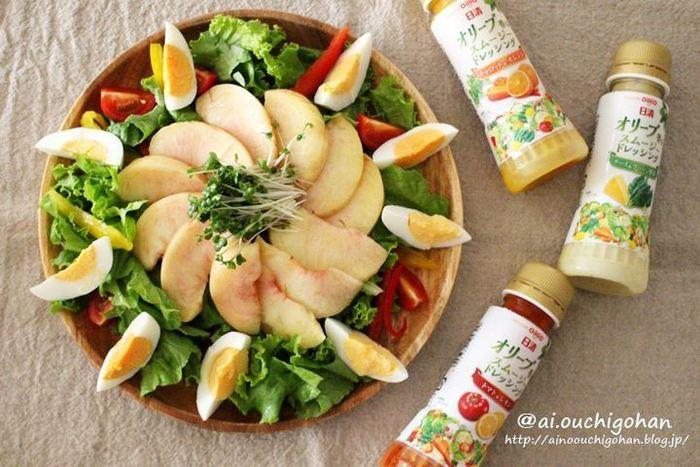 華やかに見えるこちらのサラダも、具材を切って盛り付け方に工夫を凝らしただけの桃のサラダ!桃がとっても夏らしく、お子さまにも喜んでもらえそうなサラダです。