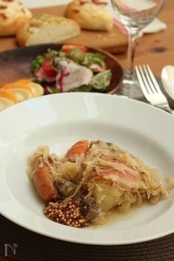 ドイツと同じように、フランス・アルザス地方でも肉とザワークラウトを煮込む料理「シュークルート」があります。ザワークラウトの上に、塩漬け豚やベーコン、ソーセージなどをのせて蒸し焼きにするのが一般的な調理法のようです。