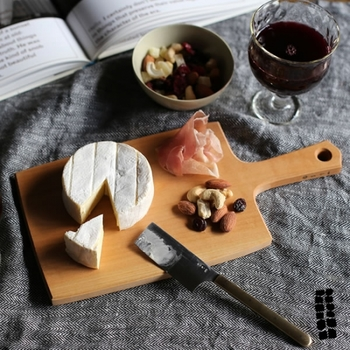 洋食器にも馴染むモダンなデザインと洗練されたフォルムが、食卓に優雅なアクセントを添えます。凛とした存在感を放つ美しい佇まいのチーズボードは、毎日の食事をより楽しく、豊かな時間にしてくれそうです。