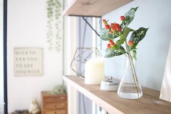 雑貨類が多い場所は、花瓶はシンプルな物を選んで物との並びを意識しましょう。透明感のある花瓶を選べば、主張しすぎず落ち着いた印象になるのでおすすめです。
