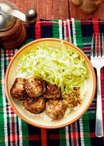 スパイスのきいたミートボールとザワークラウトを丼物に。手軽に、しかも栄養バランスのいい、ボリューミーランチができあがります。