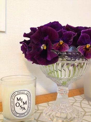 茎を短く切って足の高い花瓶に飾ってみましょう。香りが漂う種類のお花であれば、玄関などに飾るとドアを開けた時の楽しみになりますね。