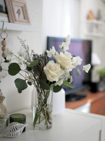 水替えの時は、花瓶の底部分もきれいに洗うのがポイントです。どんなにきれいな水を入れても、その器である花瓶にバクテリアが繁殖していたらお花は簡単に枯れてしまいます。水の交換、茎を切った際に花瓶もきれいに洗っておきましょう。