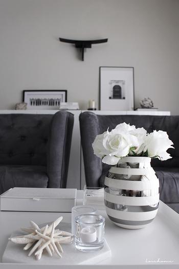 モノトーンのリビングには、シルバーのポイントが印象的な花瓶に白いお花を生けてみてください。あえて色は入れずに、インテリアに合わせてモノトーンに仕上げる事で、さりげなくナチュラルテイストな印象を添える事ができます。