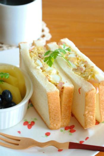 ザワークラウトをハムや卵などとともにパンにはさんで、サンドイッチにするのもポピュラーな楽しみ方。こちらは、マヨネーズなしで、マスタードとザワークラウトを味つけのポイントにしたサンド。おつまみにもなる大人の味です。