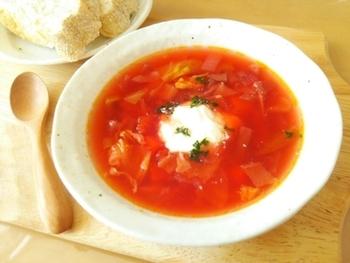 ザワークラウトは、いろいろな料理に使われます。たとえば、世界三大スープのひとつともいわれるボルシチなど、スープにザワークラウトを入れるのも一般的。上品な酸味が加わり、本格的な味になります。