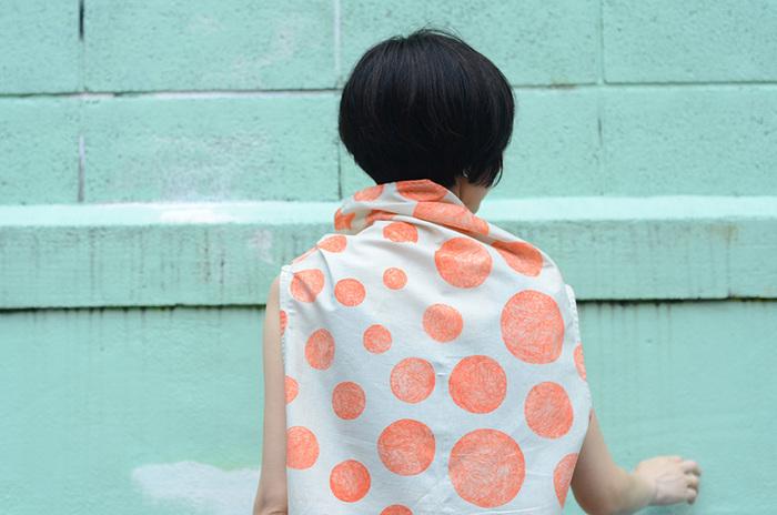 首元が特徴的なさんかくチュニックは、前と後ろが繋がっている1枚の大きな布から生まれます。身体を包み込むようなデザインだから、柔らかい生地がおすすめですよ。