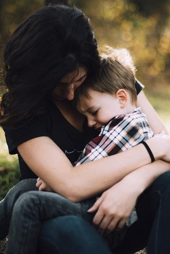 赤ちゃんの頃はあんなに抱っこしていたのに、3歳過ぎるとどんどんその時間も減ってきます。当たり前のことですが、まだまだ小さな子供。泣いた時だけ抱っこするのではなく、日頃から手を繋いだり一緒にゴロゴロしたりと意識してスキンシップをしていきましょう。