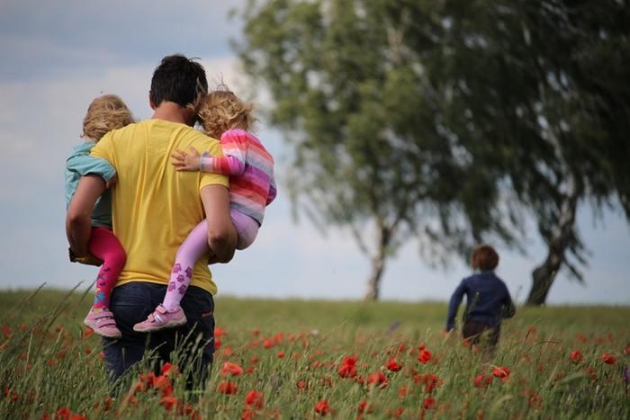 ママだけがしつけをするのではなく、子供に携わる家族みんなでしつけをすると考えましょう。しつけと一言にいってもたくさんあります。その全てをママ1人でするというのは無理なことなんです。「パパに聞いてごらん。なんていってた?」と他の家族からのしつけの話を会話に取り入れるのも、子供にとっても勉強になるかもしれません。
