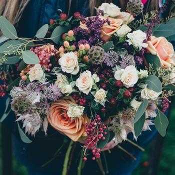 子供がいると観葉植物や切り花など、飾りたくても家が砂場になってしまうからと避けてる人もいるかもしれません。でも、部屋に素敵なお花が飾ってあったらついつい香りをかぎたくなったり、思わず笑顔になったりしませんか?好きな花をたっぷり買って、子供の手の届かないところに飾って、一緒に見て楽しむのもいいですよね。
