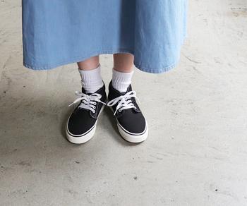 こんな風に白ソックスを覗かせて履くのが定番。