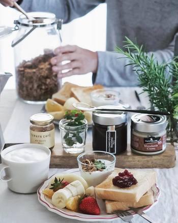 カッティングボードはジャムやペーストをのせる「トレイ」として、テーブルのセンターに置いても素敵ですよ◎カッティングボードで少し高さを出すことで、食卓がより一層おしゃれな雰囲気になりますね。こんなに素敵な朝食なら、一日中幸せな気分で過ごせそう♪
