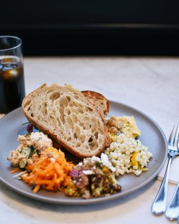 人気のランチは、素材にこだわった「5種のデリ盛り合わせ」。お好きなデリと一緒に美味しいパンが頂けます。