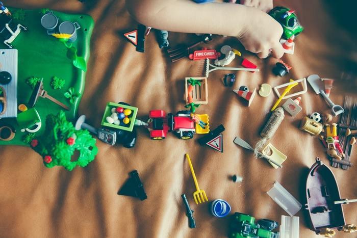 天気が悪い時など、家にいる時間が長ければ長いほど、家の中はおもちゃで占領されます。1つ出したら1つ片付けると言いたいところですが、片付けは1日1回と子供と約束しましょう。イヤイヤ期がパワーアップしているこの時期には妥協も解決策の1つです。その代わりに1回の片付けはきちんとすることを子供と話し合いましょう。