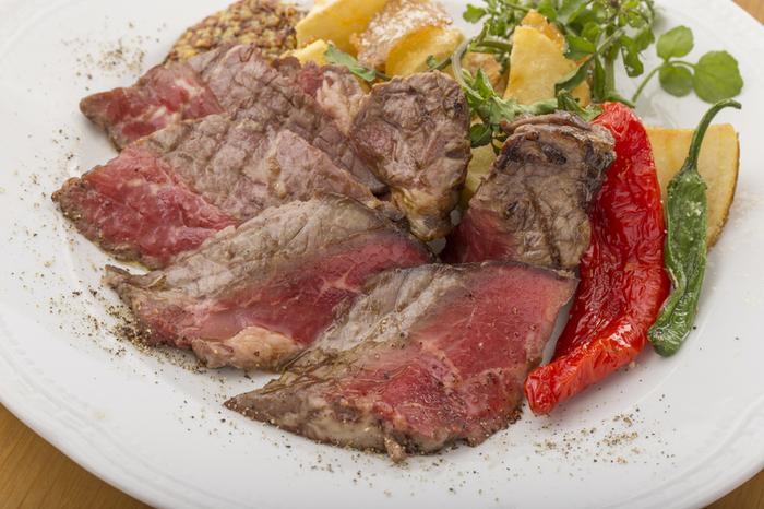 お肉料理もとても美味。ローストや生ハムの他にも、牛ワイン煮込みなどもあります。思わず笑顔がこぼれるような一品ですね♪