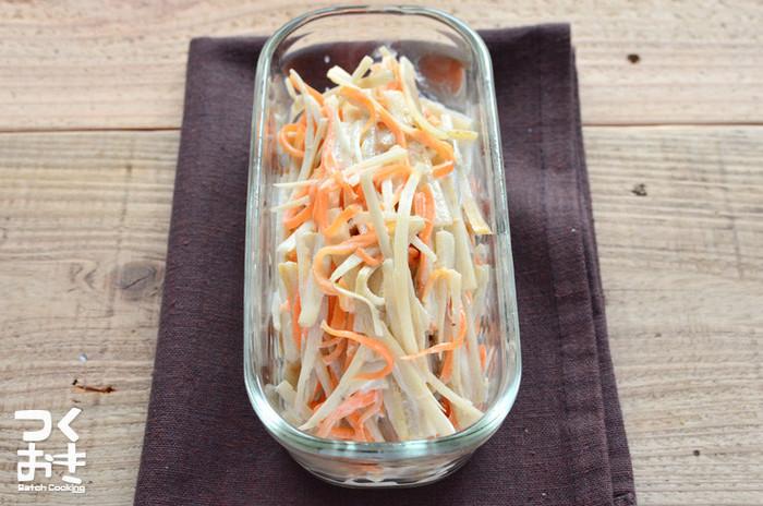 和にも洋にも合うごぼうとにんじんのサラダ。ちょっとからしをプラスして、ピリ辛でいただきたい一品です。