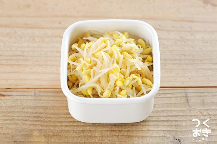 もやしをゆでて調味料に漬けるだけで完成のお手軽サラダ。お弁当のスキマおかずやあともう一品!という時に大活躍。檸檬のさわやかな風味は夏にもぴったり。