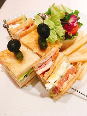 使われているのはもちろんマイセンの食器。食器だけでなく、おいしさも素晴らしいです。具だくさんのクラブハウスサンドイッチも絶品!