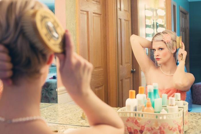 シャンプー前にブラッシングすると、汚れやホコリを掃き出してシャンプーの泡立ちが良くなります。前述したように獣毛は水に弱いので、シャンプー後の濡れ髪には使わないこと。朝は、スタイリング前に丁寧にとかして美髪をキープ!