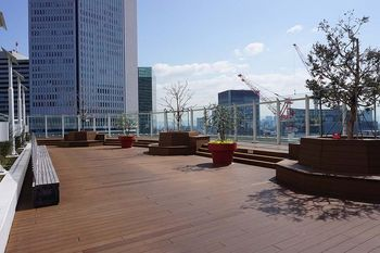 JR大阪駅と線路を挟んで南北に建つ2つのビルから成る大阪ステーションシティ。施設内には合計9つもの広場があり、大阪の街を見渡せる天空広場も♪