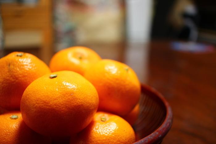 """オレンジはよく市販の洗剤やクレンザーにも使われていますね。みかんの皮にはレモンと同じくクエン酸が含まれるのですが、油汚れに効果的何な""""リモネン""""も豊富に含んでいます。"""