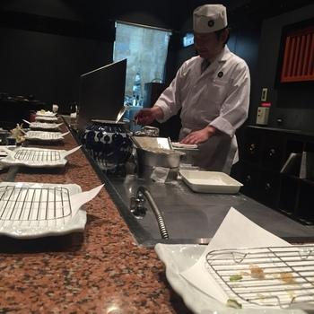 ルクア10Fにある、芦屋創業の天ぷら専門店。カウンター席のみの店内で、板前さんが揚げてくれた海老や魚、旬の食材をいただけます◎