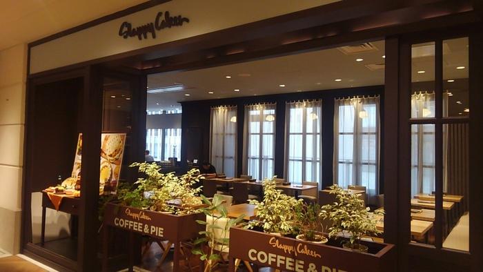 アメリカオレゴン州に本店を構えマウイ島やアジアでも展開されている「スラッピーケークス」が新しいコンセプトで日本にオープンしたのがルクア大阪店。パンケーキでなく手作りパイを主力としたフードメニューで人気店となっています。
