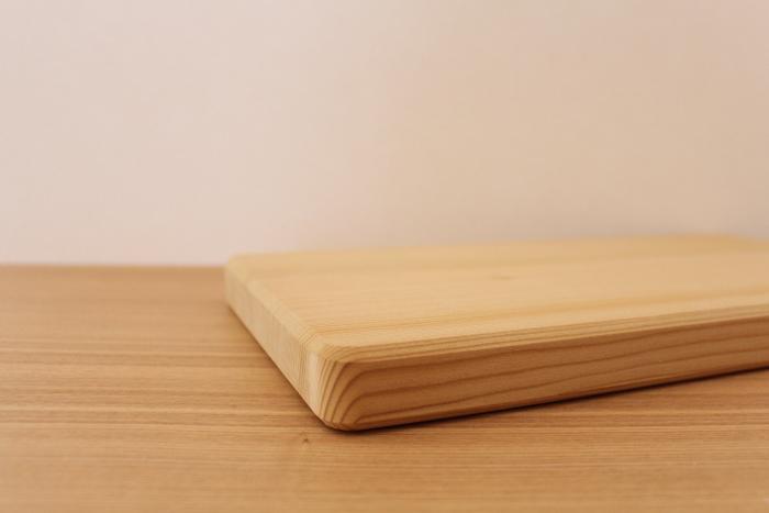 一方、木製のまな板は、木の種類によっても違いはありますが、刃こぼれしにくく、滑りにくい、やわらかなカット音、お手入れをすれば長年使用できるというもの。  デメリットは、傷つきやすい、ものによっては反りが気になる、漂白剤のほか使えない除菌剤が多い…などが挙げられます。
