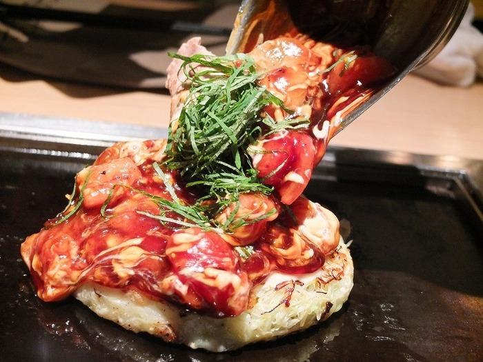 農林水産大臣賞受賞の、トマトたっぷりのオリジナルソースで食べる新感覚のふわふわお好み焼き。モッツァレラチーズとトマトソースの相性も抜群です。