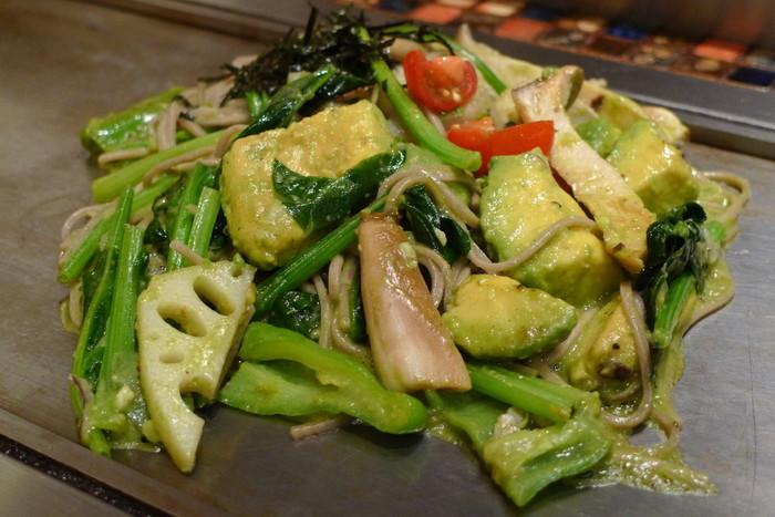 アボカドやトマト、きのこ類などが入った野菜たっぷりの黒焼きそばも人気!日本そばを使用した和風味で、こちらもくせになりそうなおいしさです。