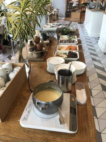 グランフロント北館1Fにある「スーホルムカフェ+ダイニング」。ランチは前菜ビュッフェとドリンクバーつきで、たっぷり食べたい人におすすめです♪