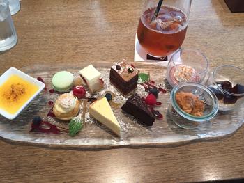 ミニサイズのケーキとドリンクのセットは、スイーツ好きなら見逃せないメニュー。カフェタイムに訪れるのもいいですね◎