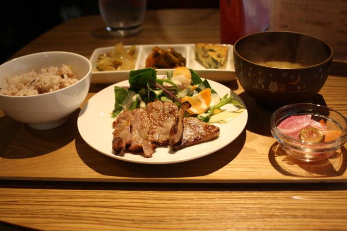 食べやすさに気を配られ丁寧に作られた料理を、気取らない雰囲気の中で楽しめます。