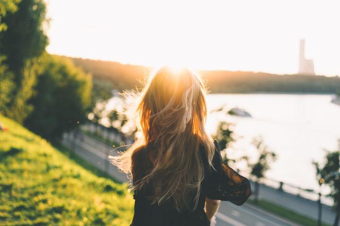 「幸せに生きる女性達」は周りの友人や恋人、家族など、人に依存することはありません。常に自分を見つめ直し、自分の足でしっかりと立っています。  だから「こうなったのは○○のせい」「○○が○○してくれないから」などと物事を他人のせいにすることもありません。そんな姿は、芯のしっかりした凛とした印象を与えます。